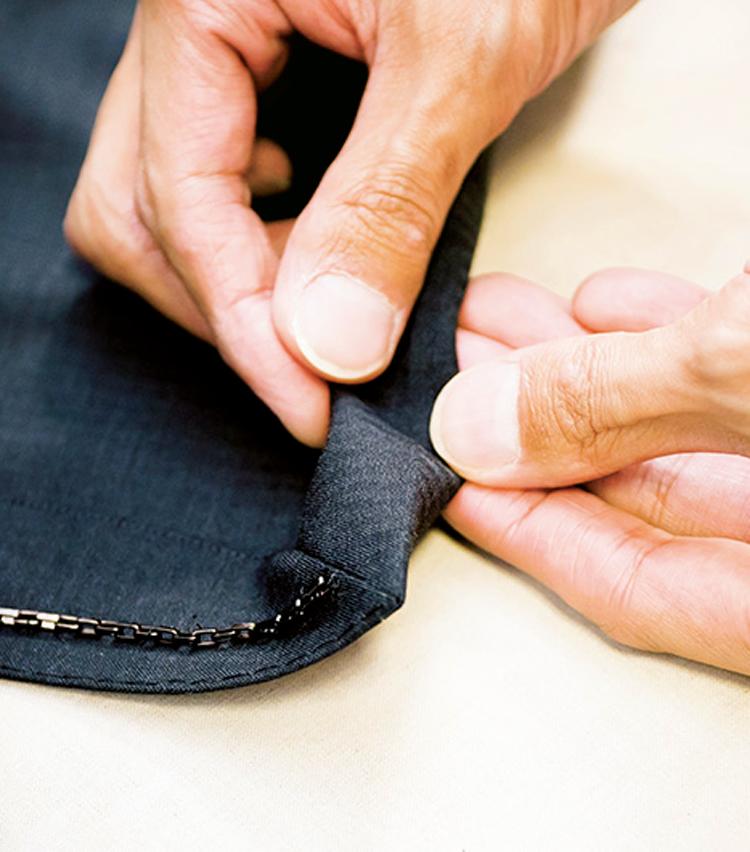 <p><strong>【STEP5】裾の折り目をチェック</strong><br /> 意外とヨレているのが裾部分。折り目をしっかり確認して、ズレているようならアイロンを。</p>
