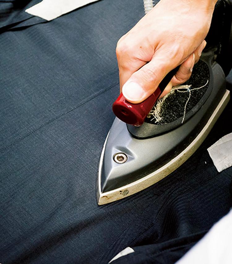 <p><strong>【STEP8】ベントを処理して上着は完了</strong><br /> 最後にベント部分のシワを伸ばす。ここも裏側からアイロンをかけて、生地を労ろう。</p>