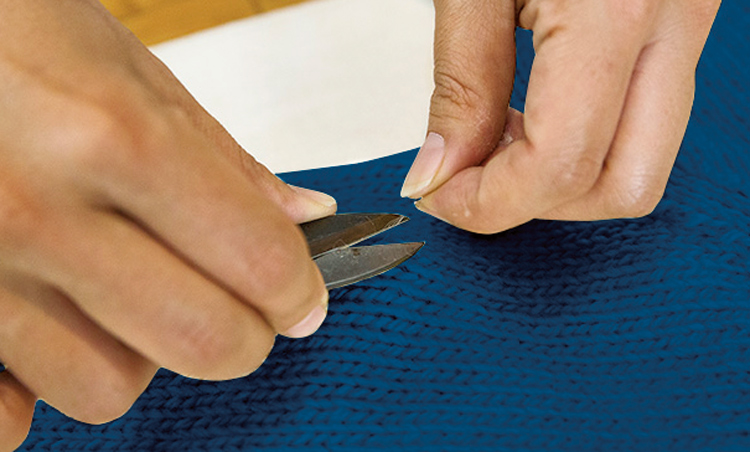 <p><strong>【STEP2】毛玉を根気よくカット</strong><br /> 次に毛玉をチェック。裁縫ハサミなどで除去。毛玉が小さいうちから処理しよう。</p>