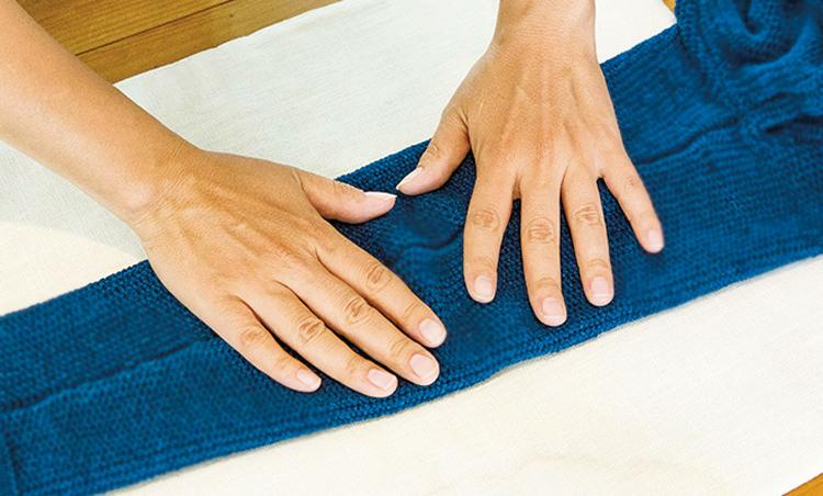 <p><strong>【STEP3】縮めたい長さに整える</strong><br /> 伸びてしまったニットは、ある程度復元が可能。縫い目を確認し、手で調整をする。</p>