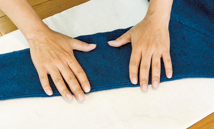 <p><strong>【STEP5】手でぎゅっと縮める</strong><br /> 目が緩んだら、手で縮めて目を詰まらせていく。その後、空気をあてて冷やそう。</p>