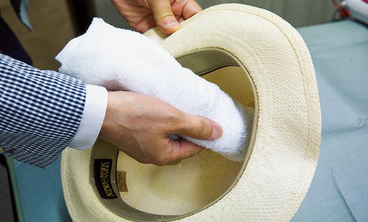 <p><strong>【STEP1】裏から当て布をする</strong><br /> まずは帽子の山を整えるために、形が崩れてしまった部分の裏側から当て布を。</p>