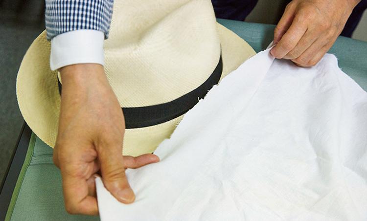 <p><strong>【STEP5】ブリムの表も当て布を</strong><br /> パナマの顔ともいえるブリム部分を整えていく。まずは表側に当て布をすることが肝心。</p>