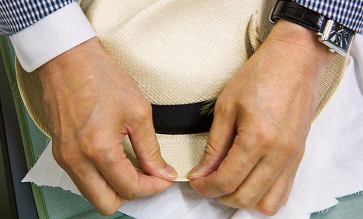 <p><strong>【STEP7】最後に手で整える</strong><br /> スチームアイロンで熱を入れたあと、手で整える。これでイメージが変わるので慎重に。</p>