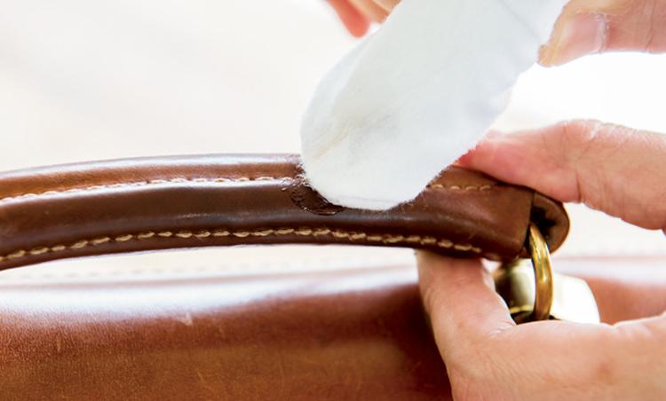 <p><strong>【STEP2】ハンドル部分は重点的に</strong><br /> ハンドルは特に傷みやすい部分。クリームが不均一だとベタつくので入念に馴染ませよう。</p>