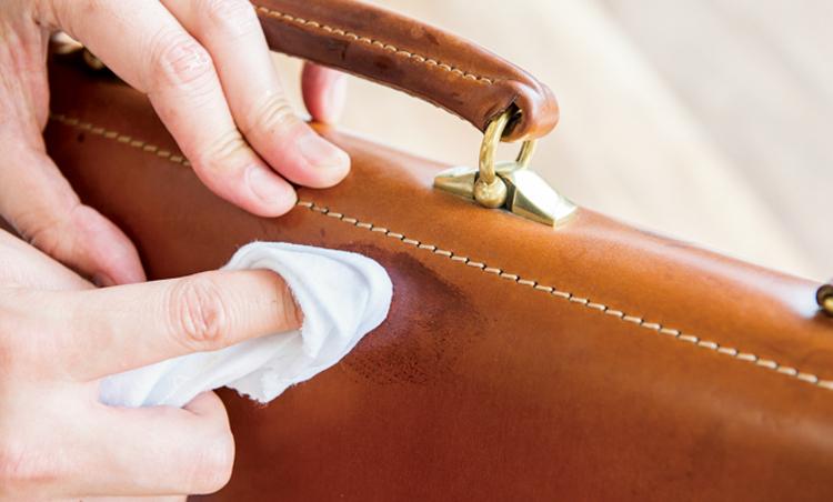 <p><strong>【STEP5】バッグ全体を湿らせる</strong><br /> シミ部分のみを湿らせるとその部分だけ跡になるので、パーツ全体に水分を入れる。</p>