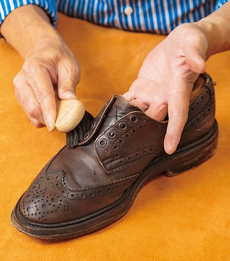 <p><strong>【STEP4】靴クリームをブラシで塗る</strong><br /> 靴磨きクリームをブラシに少量取り、塗り伸ばす。この時、小さいブラシが塗りやすく◎ 。</p>