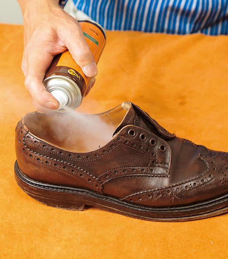 <p><strong>【STEP7】デオドラントスプレーを噴く</strong><br /> 靴の中もしっかり手入れ。日常ケアとして除菌・消臭スプレーをすることを忘れずに。</p>