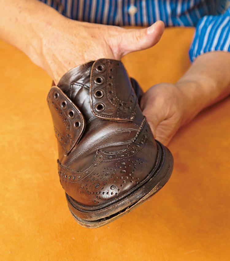 <p><strong>【STEP9】つま先までしっかり拭くべし</strong><br /> 中敷き全体を拭き取り、汚れを取ろう。特につま先には埃が溜まりやすいので注意を。</p>