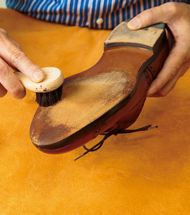 <p><strong>【STEP11】盲点のソールもケアすれば万全</strong><br /> 靴底が乾燥するとひび割れなどの原因に。靴底用クリームを塗り、ブラシがけをしよう。</p>