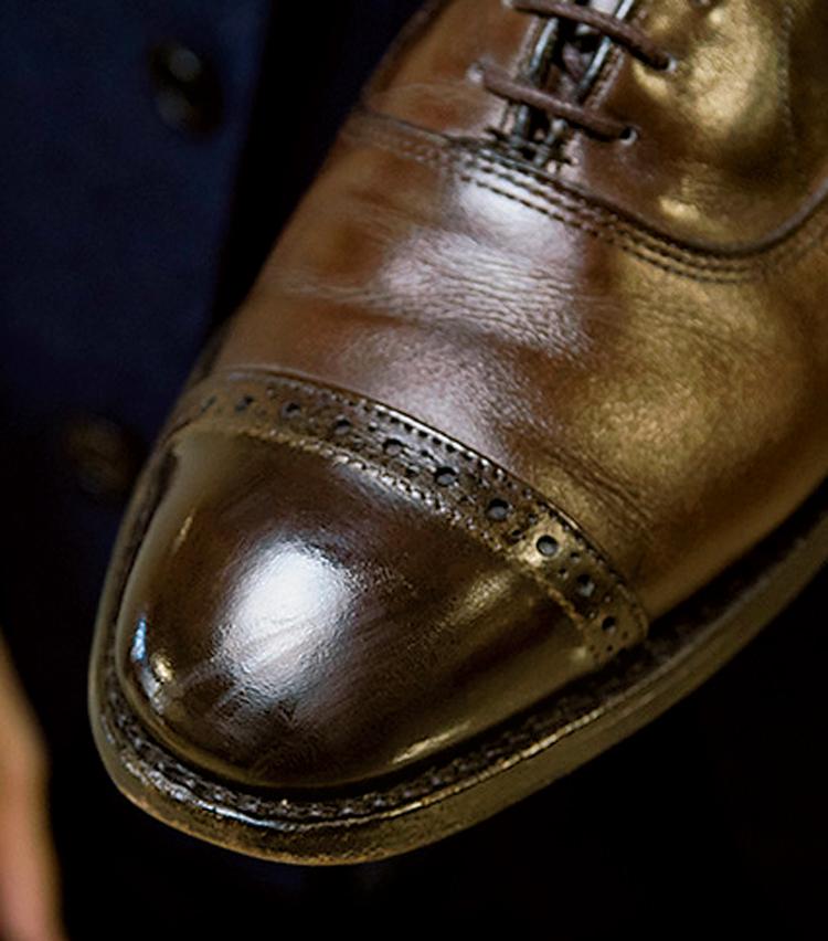 <p><strong>【STEP1】</strong><br /> せっかく磨いた靴でも、歩いていればつま先部分に傷がついてしまう。</p>