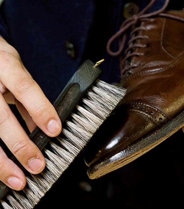 <p><strong>【STEP2】</strong><br /> そんなときにも馬毛ブラシを使い、軽くブラッシング。</p>