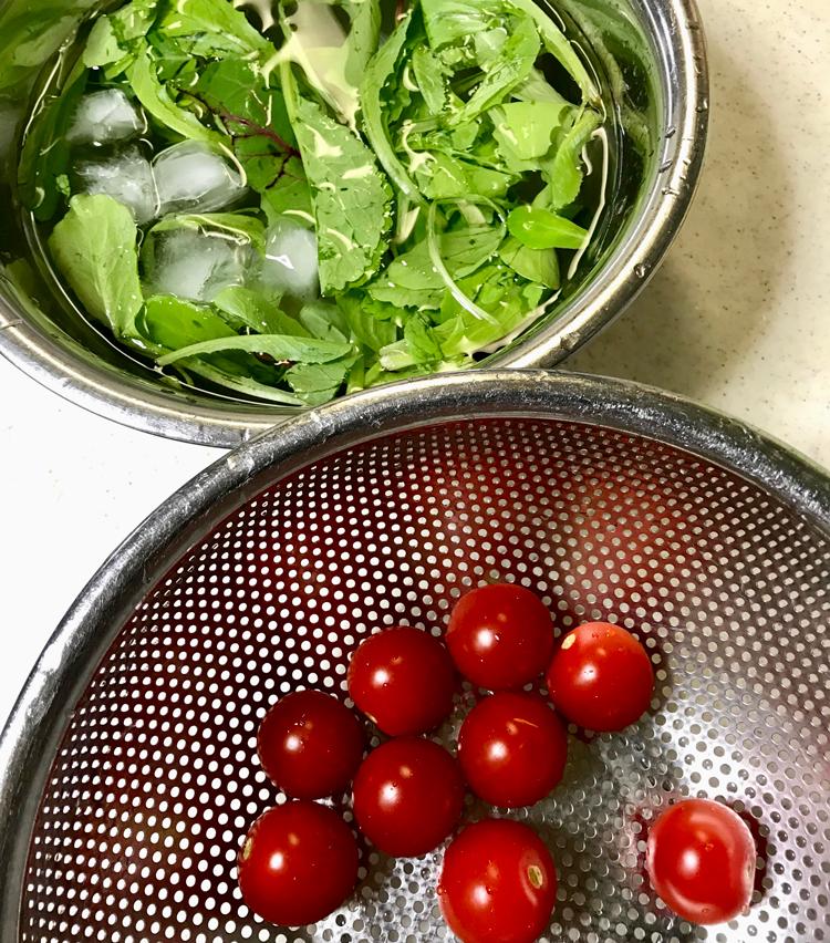 <p>2. ミニトマトはヘタを取り、ベビーリーフは氷水にさらし、パリッとさせる。</p>