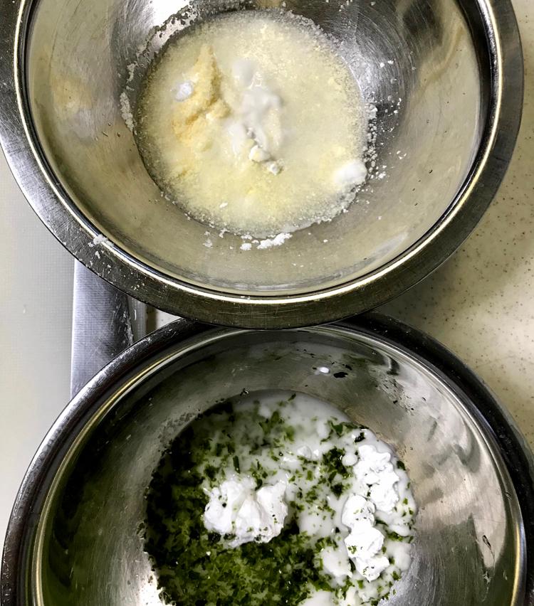 <p>3. 上記材料で記載の【基本の衣の材料】を入れたボールを2つ用意する。片方には、塩小さじ半分(分量外)、青のり大さじ1を入れ混ぜる。もう一つには、塩少々(分量外)、粉チーズ大さじ2を入れ混ぜる。</p>