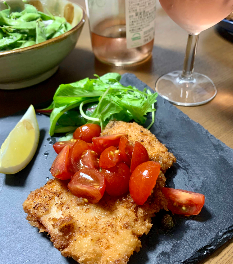 <p>9. 皿にメカジキをのせ、トマトソースをたっぷりかけてベビーリーフも盛ったら完成。ロゼワインにぴったりの一品!</p>