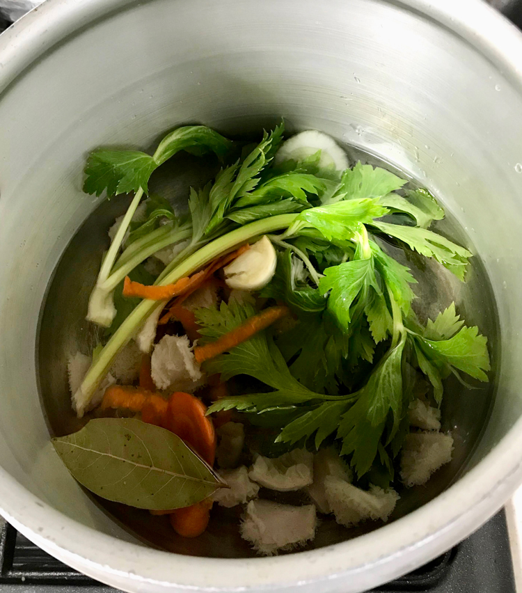 <p>4. 次にトリッパを圧力鍋に入れ、セロリの葉、玉ねぎ、人参のへたなどのくず野菜、軽く潰したニンニク、ローリエ1枚を入れ、ひたひたより少し多めの水、白ワイン100mlも入れる。蓋をし、火にかけ、沸騰したら10分圧をかける。10分したらそのまま冷ます。</p>