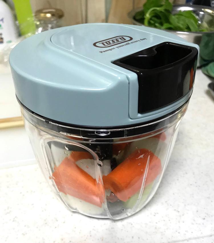 <p>2. 先ずはソフリット作り。野菜は細かいみじん切りにする。</p>
