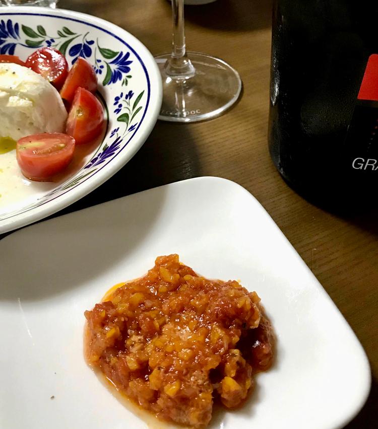 <p>8. 再度温め、皿に盛り、粉チーズをかけたら完成。トリッパがトロトロで、ワインが進む一品。</p>