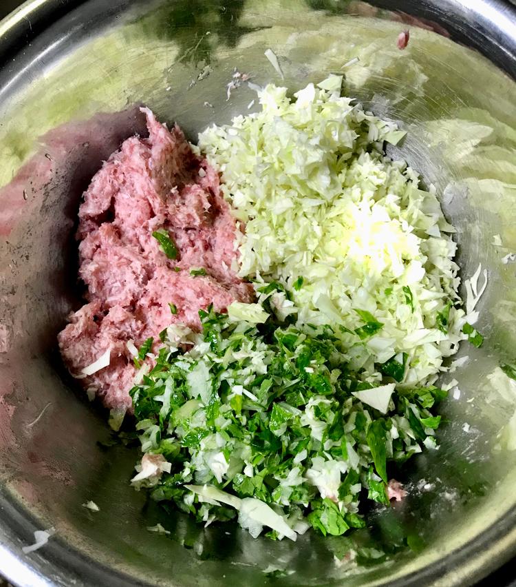 <p>4. みじん切りにしたキャベツ、セロリ、玉ねぎ、すりおろしニンニクを肉と混ぜる。</p>