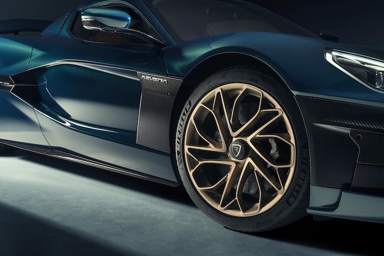 <p>ブレーキにはブレンボ社のカーボンセラミックを採用。また、回生ブレーキはEVの中でもトップクラスの強さを誇っている。</p>