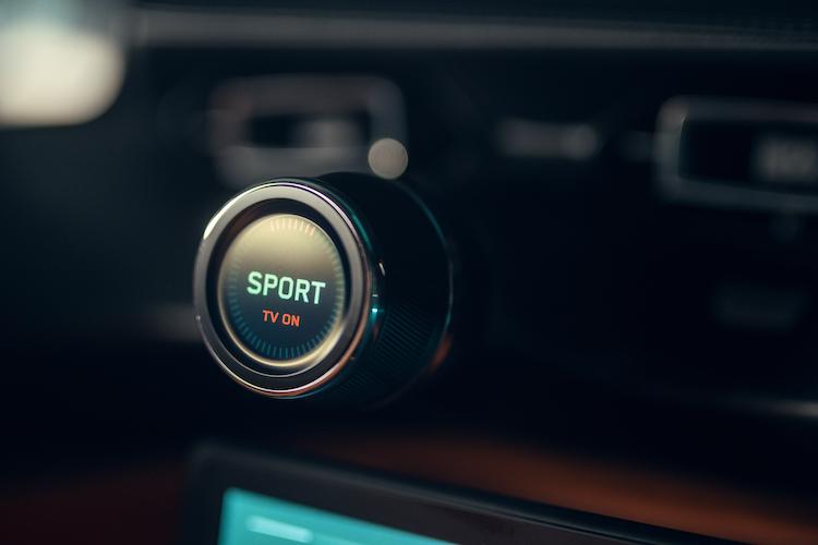 <p>前後輪の駆動力調整とドライブモード選択は、センターにある2つのアルミ製ダイヤルで操作可能だ。写真の表示にあるTV ONは、トルクベクタリングが有効なことを表す。</p>