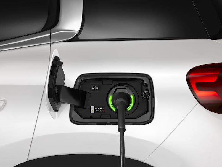 <p>左側後部に充電ポートを配置。充電は200V普通充電のみに対応、6kWの場合は約2.5時間で満充電となる。ちなみに右側後方にはガソリン給油口が配されている。</p>