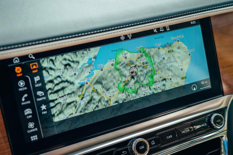 <p>モニター部はオプションのローテーションディスプレイへと変更が可能だ。これはスイッチを押すことでモニター部を回転させ、アナログダイアル、トリム、モニターを、好みに合わせて出現させることができる機能だ。インフォテインメントシステムは、Apple CarPlayやAndroid Autoにも対応。</p>