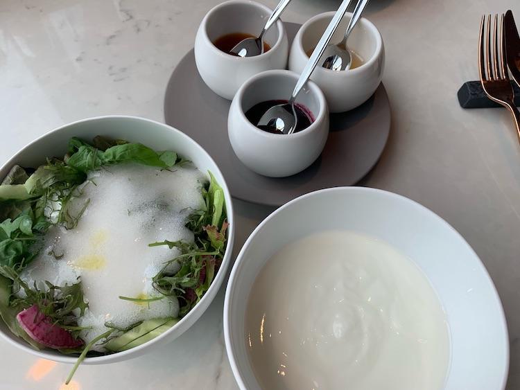 <p>サラダと岩泉ヨーグルトに自家製ジャムとはちみつを</p>