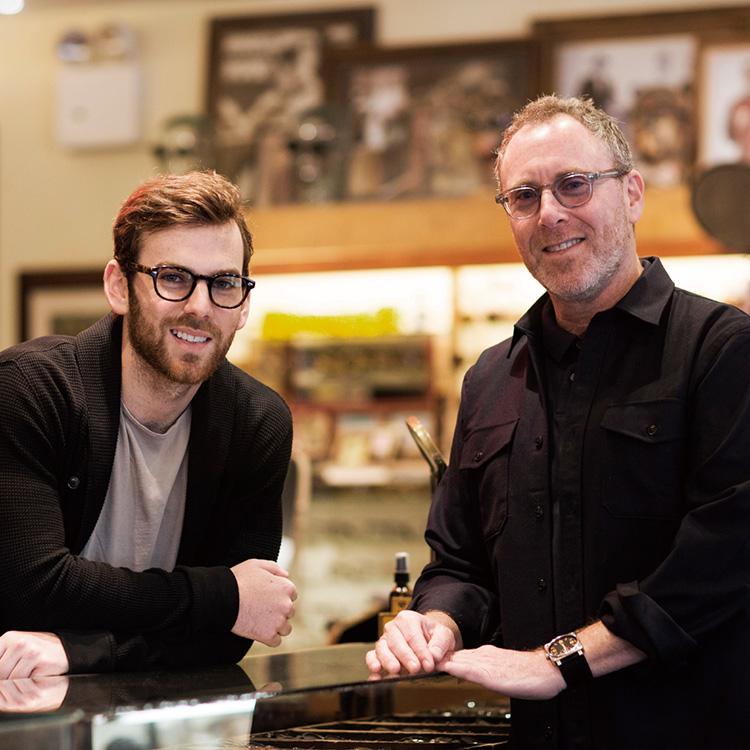 MOSCOTの注目フレーム_デザイナー:ザック・モスコット(左)、オーナー:ハーヴェイ・モスコット(右)