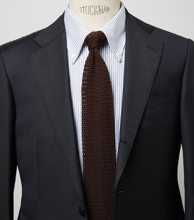 <p><b>トラッドにまとめるのがニットタイ攻略の基本</b><br /> ストライプのオックスBDと合わせてトラッドなVゾーンに。ストイックな色使いだからこそニットの素材感が際立つコーデだ。スーツ14万3000円/ストラスブルゴ(ストラスブルゴ) シャツ7700円/麻布ザ・カスタムシャツ(Y&Mプレスルーム) ※タイは上の画像[左]と同じ。</p>