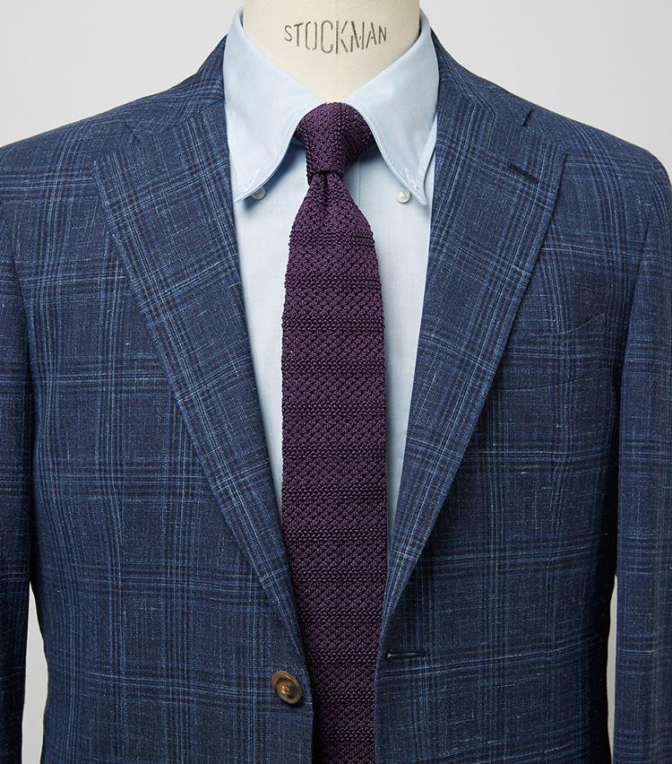 <p><b>ブルー系で統一するよりもぐっと新鮮な雰囲気に</b><br /> このジャケットとシャツにはネイビーのタイを締めたくなるが、パープルにすることでぐっと新鮮かつ上級者的な印象に。ジャケット12万5400円〈オーダー価格〉/麻布テーラー、シャツ7700円/麻布ザ・カスタムシャツ(以上Y&Mプレスルーム) ※タイは上の画像[左]と同じ。</p>