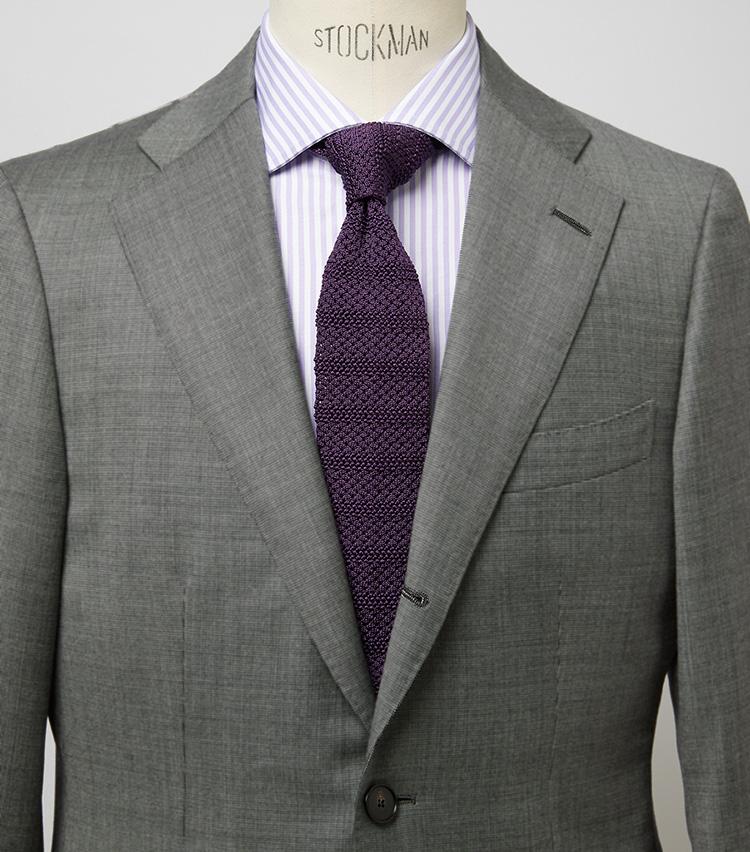 <p><b>高貴にして清涼感もあるパープルの攻略法</b><br /> グレーにパープルというかなり高貴な色合わせも、タイがニットなら取り入れやすい。ロマンスグレーヘアのミドルにこそ推奨したいコーデだ。スーツ10万7800円/シップス(シップス 銀座店) シャツ3万3000円/ギ ローバー(バインド ピーアール) ※タイは上の画像[左]と同じ。</p>