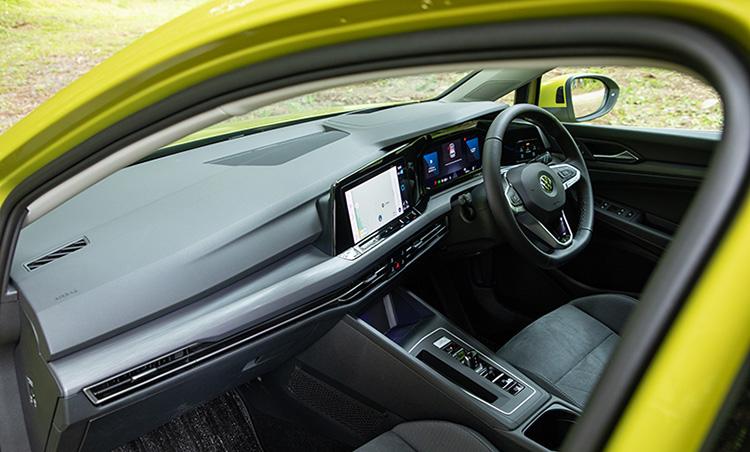 <p>フォルクスワーゲンらしく、車内はシンプル基調。安全装備にも抜かりはない。</p>