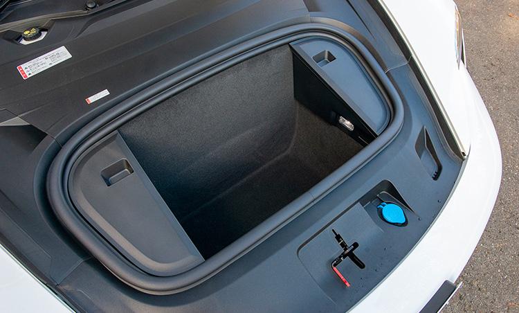 <p>積載量366ℓの荷室に加え、写真のようにフロントにも88ℓの収納スペースが用意されている。価格は1203万円〜</p>