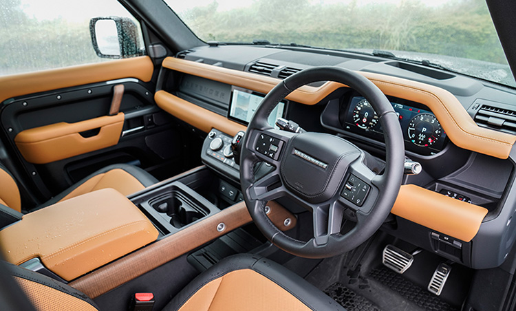 <p>豪華なレンジローバーシリーズとは異なり、シンプルで道具感が強い車内。もちろん快適性は損ねていない。</p>