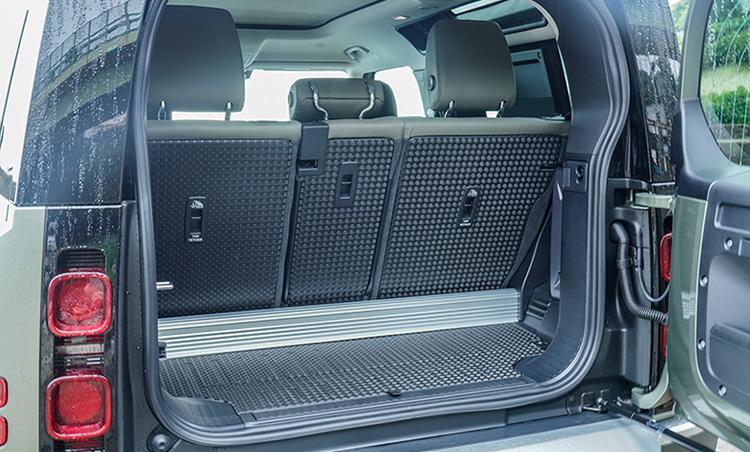 <p>ショートボディの90の場合、荷室の容量は297ℓ。後席を畳むことで1263ℓにまで拡大することも可能だ。</p>
