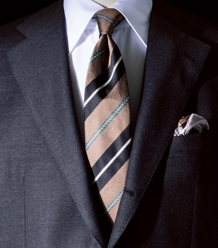 <p><b>[STYLE2]初心者は小物でベージュを取り入れよう</b><br /> 「スーツやジャケットでベージュを取り入れづらい場合は、ネクタイで。無彩色で中間色のグレーのスーツはベージュを引き立て調和がとれます。タイにもグレーを拾っていて心地いい」</p>