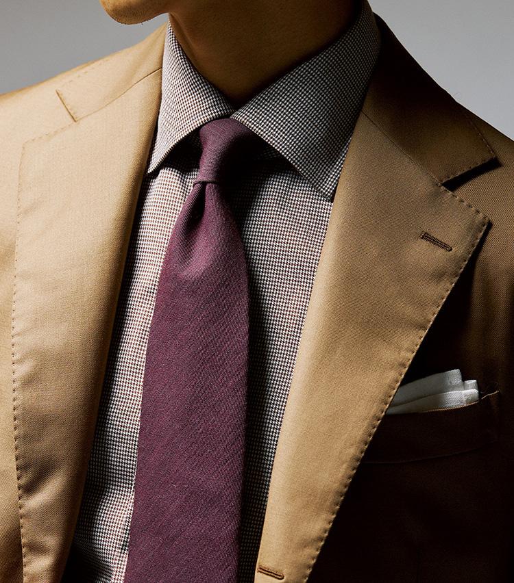 <p><b>[STYLE4]エレガントかつ上品でデート向き</b><br /> 「ネクタイで色が強めのパープルを差していても馴染んでいるのは、全体のトーンを揃えているから。同系色なら柄物もアリですが、そうでなければソリッドのほうが上品に決まります」</p>