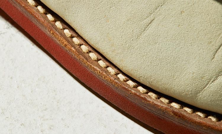 <p><b>実は綺麗な縫製</b><br /> 「米国靴は質実剛健さが魅力である一方、大味な縫製が多いのも事実。しかしウォークオーバーのそれは乱れが少なく綺麗な印象です。目立ちやすい白糸だけに嬉しいポイントですね」</p>