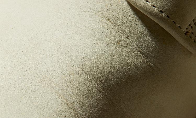 <p><b>いまや希少なヌバック製</b><br /> 「革の銀面(表皮)を起毛加工して作るヌバックは、スエードに比べて毛足が短く非常に滑らかな手触りが特徴。現在製造されているホワイトバックスではまず採用されないアッパーです」</p>