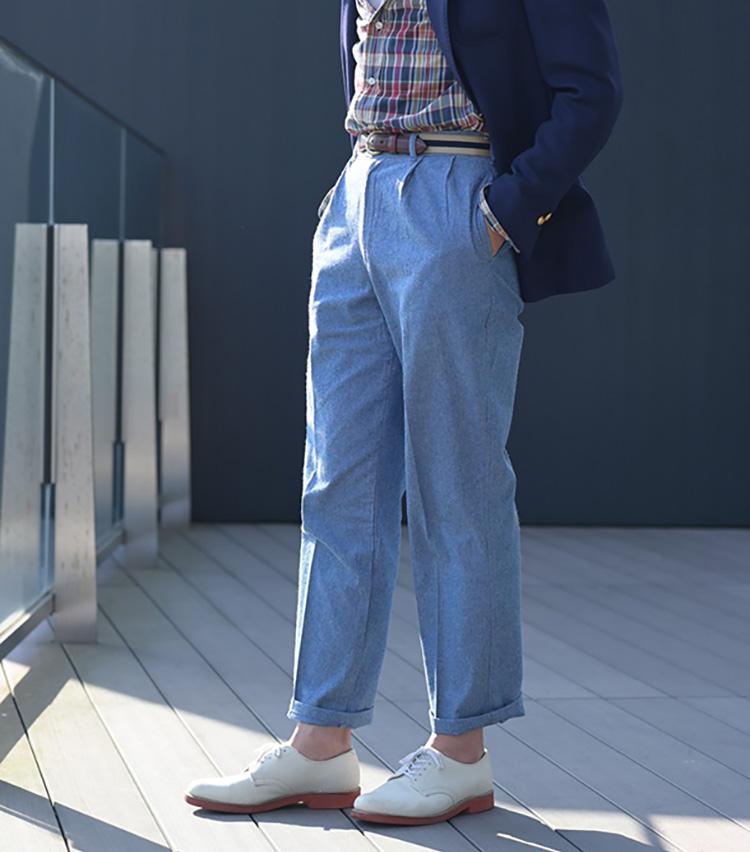 <p><b>太すぎず細すぎずのストレートパンツ</b><br /> ホワイトバックスを今どきに履きこなすなら、過度なタイトフィットパンツは禁物。西口さんは太すぎず細すぎずのストレートパンツを選ぶことで、上品さと今どきのリラックス感を両立させている。裾はひと折りして軽快に。</p>