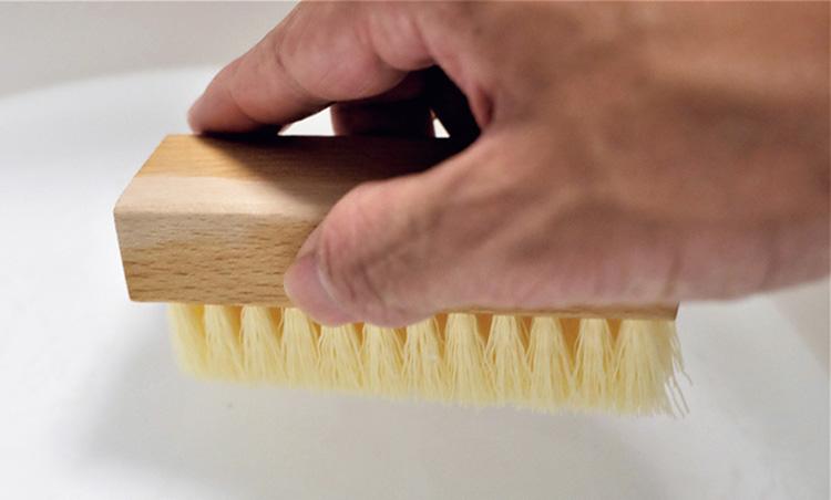 <p><strong>【STEP3】再度ブラシを濡らす</strong></p> <p>クリーナーをつけた後に、再び水につけ、クリーナーに水分を含ませて泡立ちをよくする。</p>