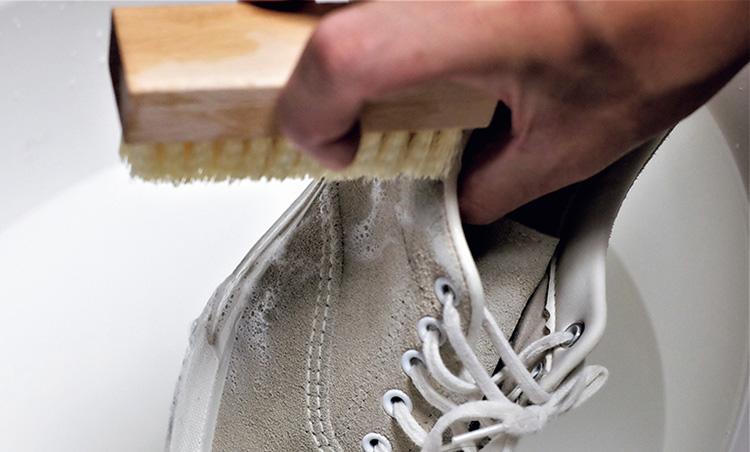 <p><strong>【STEP4】ブラシでゴシゴシ</strong></p> <p>しっかりと湿らせたブラシでスニーカーをゴシゴシ。しばらく擦すると泡立ってくる。</p>