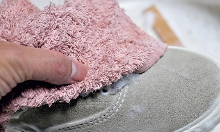 <p><strong>【STEP5】しっかり拭き上げる</strong></p> <p>泡は綺麗なタオルで拭き取るようにして汚れを除去。よく落ちるまで念入りに繰り返す。</p>
