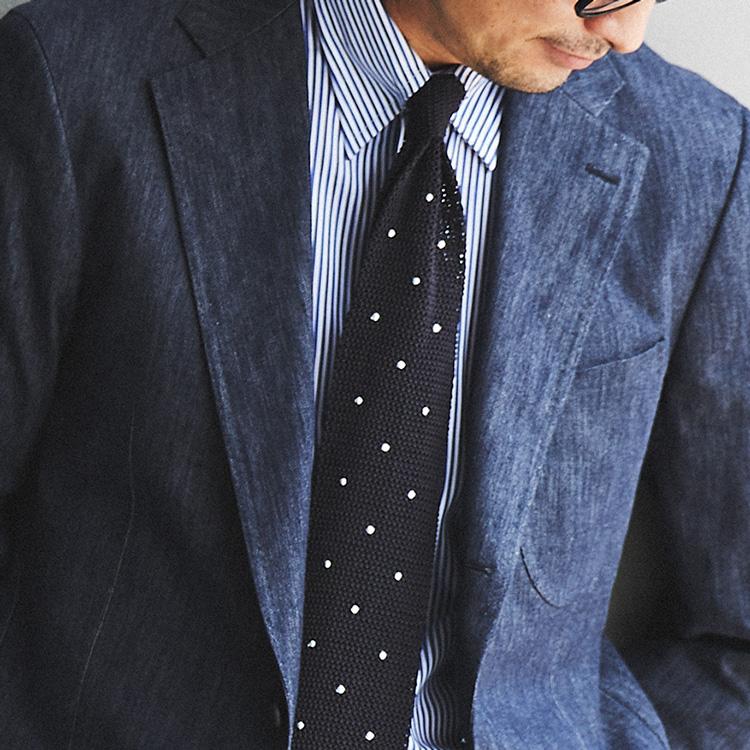 ビジカジの装いに、デニムスーツが重宝する理由とは?【1分で出来る胸元お洒落】