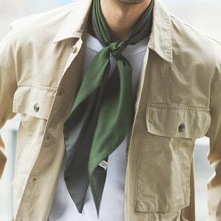 休日服をエレガントにするスカーフの使い方とは?【1分で出来る胸元お洒落】