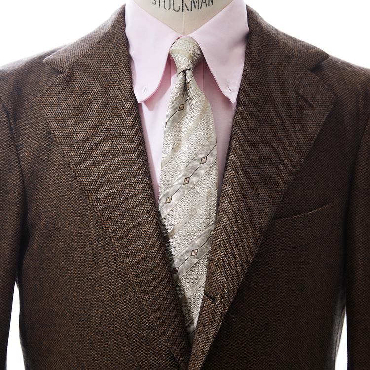 親しみやすい印象をもたらすブラウンスーツの着こなし方【1分で出来る胸元お洒落】