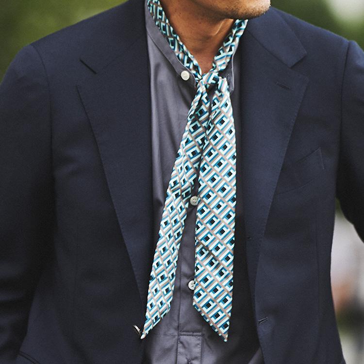 オフの装いをスカーフのひと巻きでエレガントに【1分で出来る胸元お洒落】