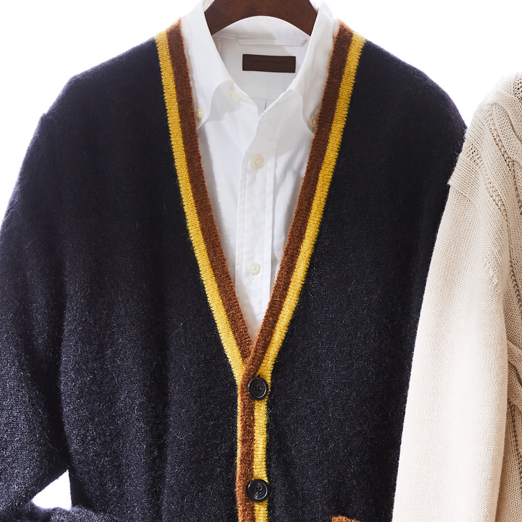 内勤の装いはジャケット代わりにカーディガンを羽織る【1分で出来る胸元お洒落】