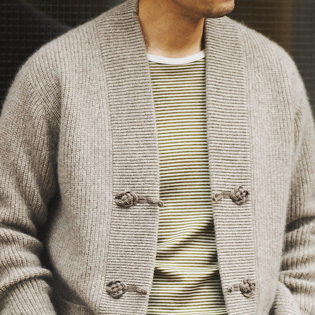 個性的なカーディガンをジャケット代わり羽織る【1分で出来る胸元お洒落】